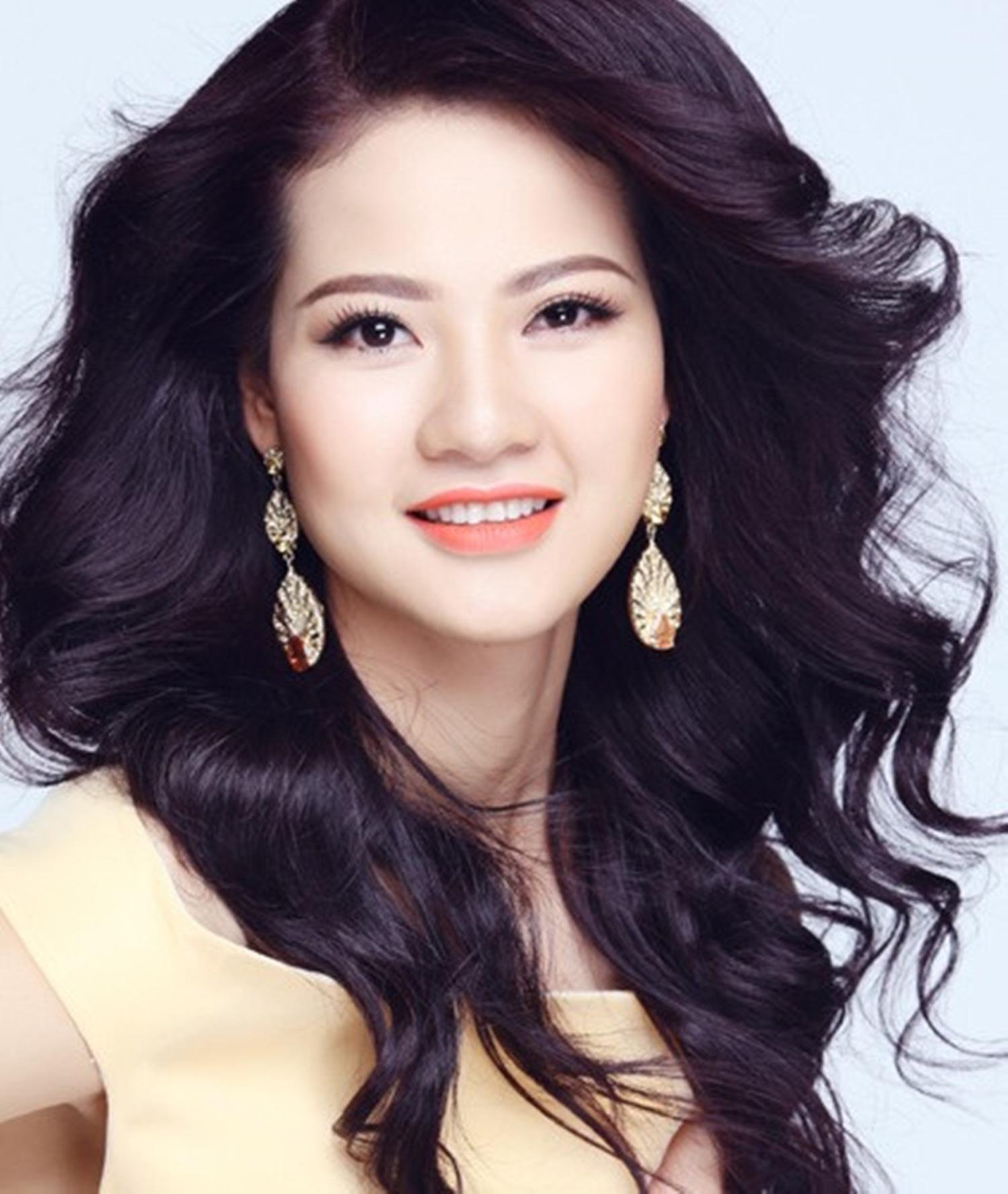 Từng là cầu thủ bóng chuyền chuyên nghiệp nhưng nhờ sự động viên của cô giáo nên Trần Thị Quỳnh đã tự tin tham gia cuộc thi Hoa khôi thể thao 2007 và đăng quang ngôi vị cao nhất. Sau đó cô cũng tham gia Hoa hậu quốc tế 2009.