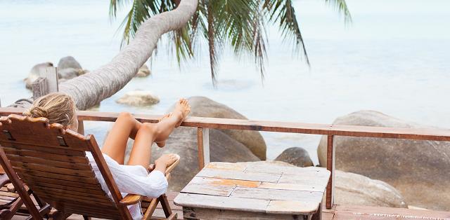 Hãy tiết kiệm tiền trong một năm và thưởng cho mình một kì nghỉ sang trọng tại resort tiện nghi nhất với một căn phòng nhìn thẳng ra biển. Đừng tiếc tiền, bạn sẽ kiếm được tiếp nhưng cảm giác này không phải lúc nào cũng có.