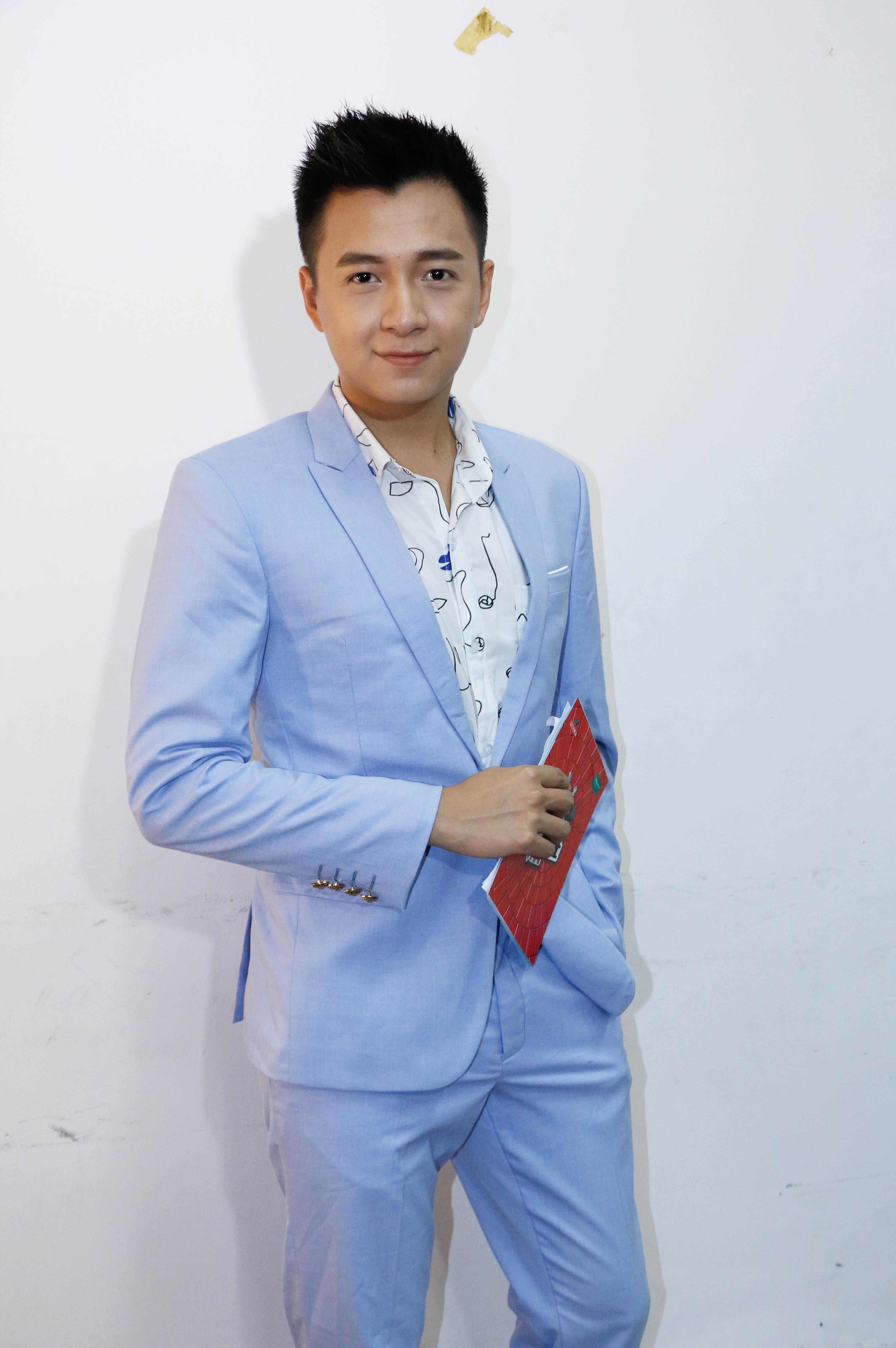 Ca sĩ Ngô Kiến Huy trông rất bảnh bao trong trang phục vest xanh thanh lịch