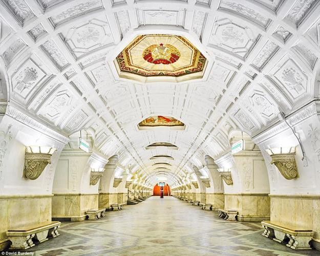 Chọn màu sơn trắng cho nền tường ở ga tàu điện ngầm là quyết định táo bạo. Nhưng trạm Belorusskaya cho thấy nơi này vẫn được bảo quản trong tình trạng tốt, không bị lem bẩn.