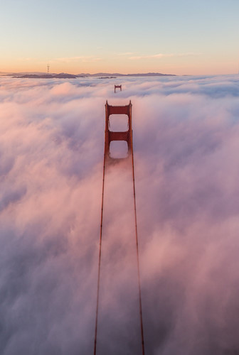 Cầu Cổng Vàng, Los Angeles, Mỹ mờ ảo trong màn sương dày đặc từ góc nhìn trực thăng.