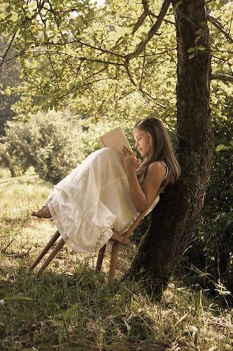Đọc say sưa: Việc đọc làm giảm căng thẳng, giúp trải nghiệm nhiều cảm xúc giúp thoải mái tinh thần là nền tảng quan trọng đối với an sinh tích cực.