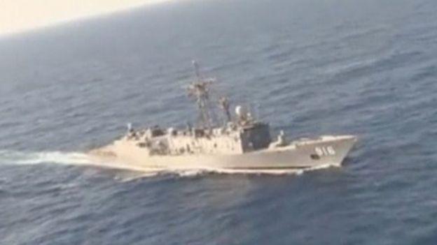 Tàu của quân đội Ai Cập tham gia tìm kiếm chiếc máy bay bị mất tích (Ảnh: Reuters)