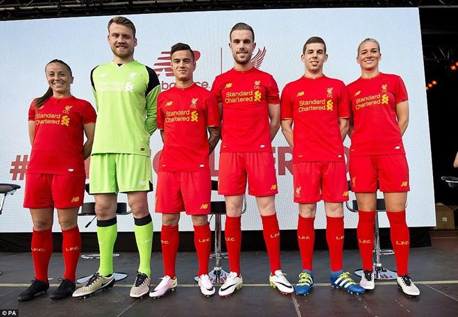 Các cầu thủ nam và nữ của Liverpool rạng rỡ trong buổi lễ công bố áo đấu mới.
