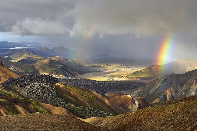 Dù có phóng tầm mắt xa hàng trăm cây số, những đô thị hiện đại trên trái đất vẫn không thể xuất hiện trong ảnh ở Iceland.