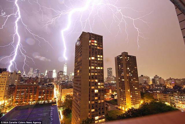 Nhiếp ảnh gia Nick Carwile chộp được khoảnh khắc nhiều tia sét thắp sáng bầu trời New York.