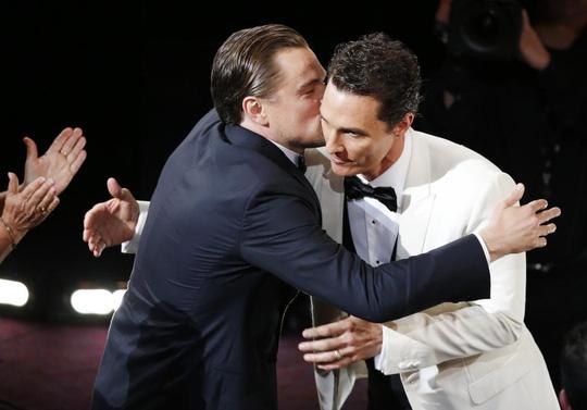 May mắn tiếp tục không mỉm cười với Leonardo khi anh trượt tượng vàng và ngậm ngùi trao nụ hôn chúc mừng đồng nghiệp Matthew McConaughey tại Oscar 2014.