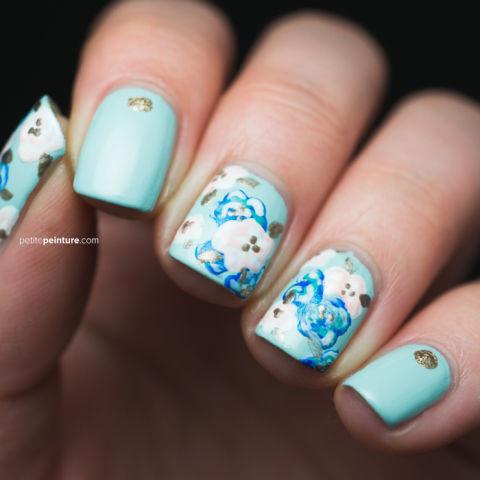 Tất cả mọi người đều yêu sắc thái tuyệt đẹp của màu xanh tiffany trên những đầu ngón tay, nhưng bộ móng cho ngày cưới cổ điển cần phải tô điểm thêm bằng một số chi tiết được phủ vàng và những đóa hoa nở tròn đầy.