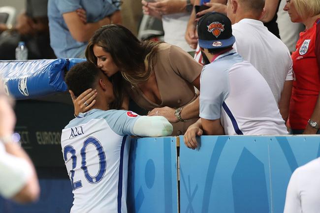 Tiền vệ Dele Alli được bạn gái an ủi bằng một nụ hôn sau thất bại trước Iceland