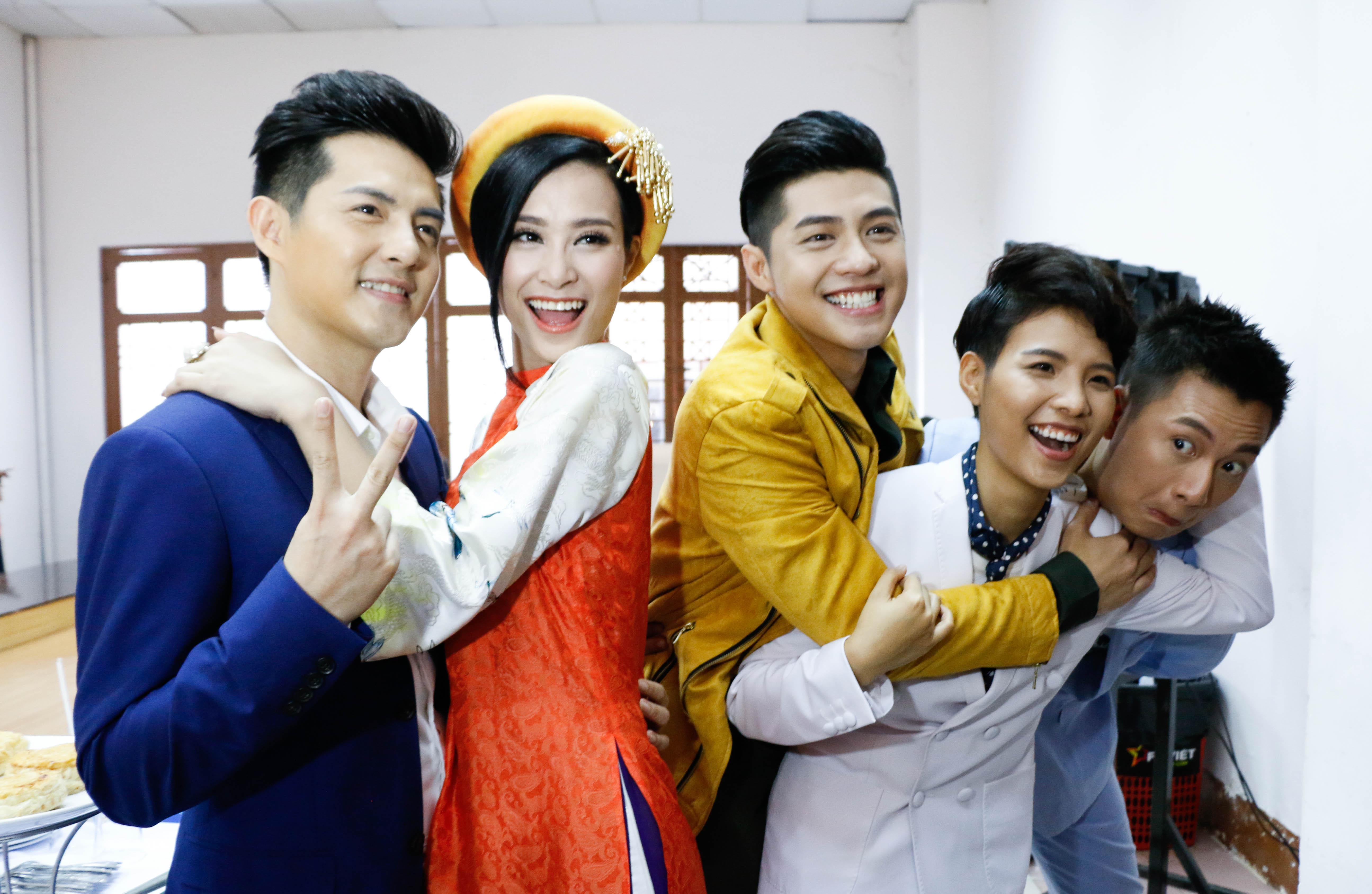 Toàn bộ giám khảo và MC chương trình Giọng hát Việt nhí 2016 được thay máu bằng những ca sĩ trẻ đang được khán giả yêu thích nên hứa hẹn một sự đổi mới trẻ trung và nhiều sức hút.