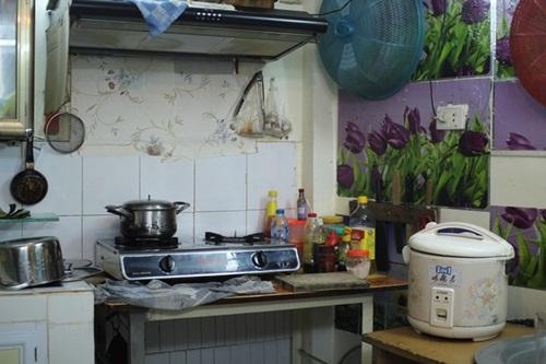 Nơi nấu ăn của Trần Hạnh với những vật dụng đơn giản. Dù ở cùng vợ chồng con trai, ông tự nấu ăn để khỏi phiền giờ giấc, công việc bán hàng của con.