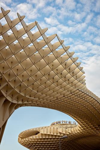 Hình ảnh đám đông ở Metropol Parasol - kiệt tác kiến trúc bằng gỗ lớn nhất thế giới ở Tây Ban Nha.