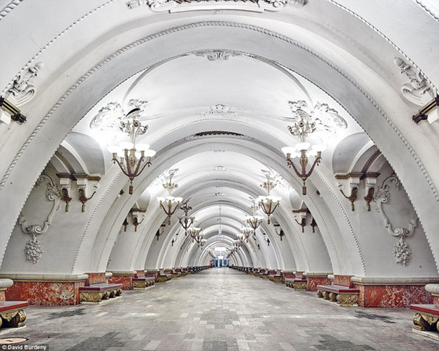 Thay vì những lối đi chật hẹp, trạm Arbatskaya chào đón du khách bằng không gian rộng rãi và sang trọng