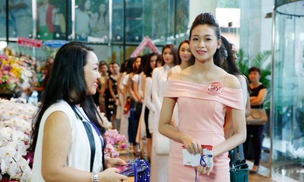 Ngay từ buổi sáng, hàng trăm thí sinh đã có mặt tại điểm tập trung để dự thi vòng sơ khảo Hoa hậu Việt Nam 2016