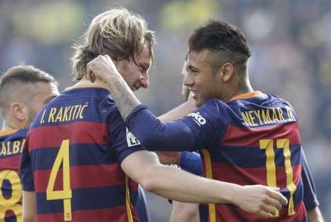 Rakitic (số 4) và Neymar (số 11) là tác giả 2 bàn thắng trong hiệp một của Barcelona. Ảnh: EPA