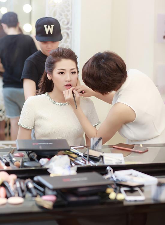 Với Tú Anh, ngày 19/8 là một ngày đặc biệt khi lần đầu tiên cô xuất hiện trên truyền hình trong vai trò người dẫn chương trình.
