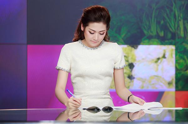 Tú Anh tốt nghiệp chuyên ngành Báo Phát thanh của Học viện Báo chí và Tuyên truyền vào năm 2015. Cô cho biết biên tập viên truyền hình là định hướng sự nghiệp lâu dài.