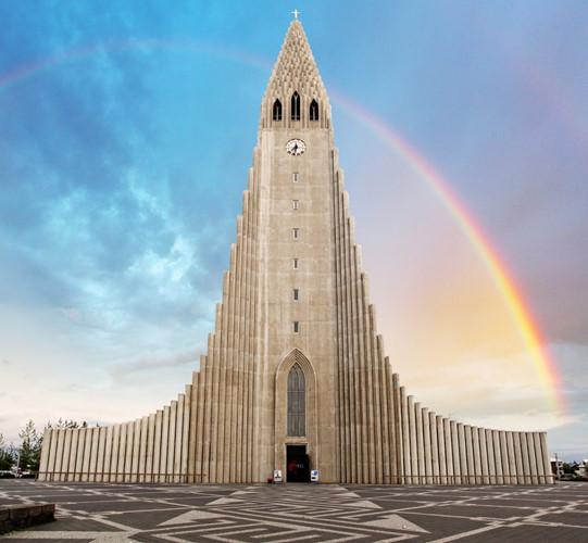 Lutheran Hallgrimskirkja ở Reykjavik là nhà thờ lớn nhất Iceland. Nó được thiết kế bởi kiến trúc sư Guðjón Samúelsson với ý tưởng tượng trưng cho dòng dung nham chảy trong những ngọn núi lửa đang hoạt động ở Iceland.