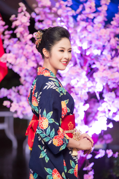 Hoa hậu Ngọc Hân tươi tắn trong bộ kimono màu xanh.