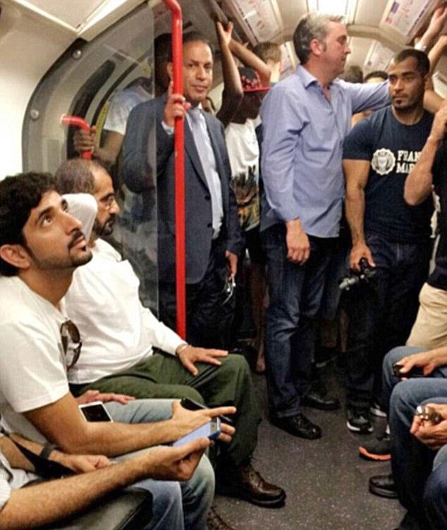 Quốc vương Dubai và con trai đã thay trang phục truyền thống Arab bằng quần áo thường, hòa mình vào dòng người ở London.
