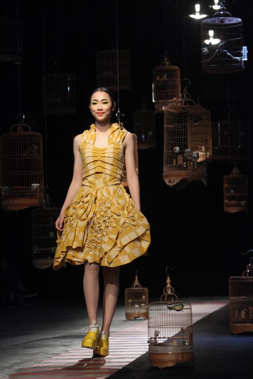 Trường thiết kế thời trang Koran – Nhật Bản, sử dụng chất liệu vải truyền thống quý giá là Hakata Ori và chất liệu da xử lý nếp gấp.