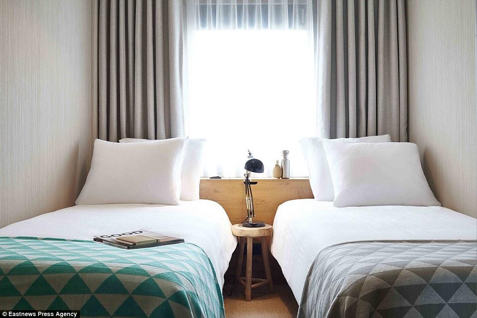 Khách sạn gồm có 144 phòng, phục vụ bia và các loại ẩm thực địa phương đa dạng.