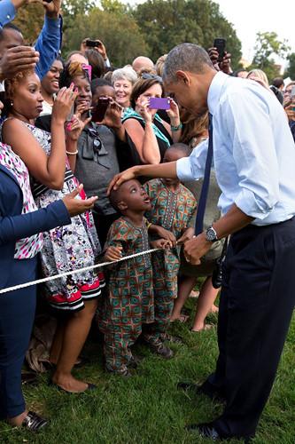 Tổng thống Obama nói lời chào với hai cậu bé sinh đôi ở Khu vực bãi cỏ phía Nam Nhà Trắng.