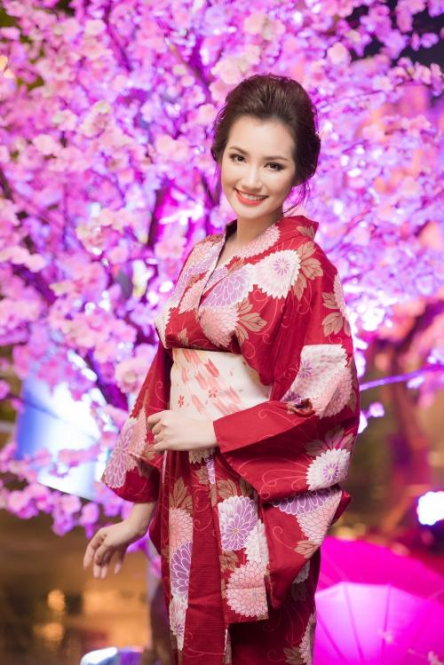 Trúc Diễm diện bộ kimono màu đỏ nổi bật