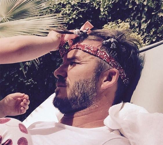 """Sau bữa tiệc sinh nhật tại Morocco, Beckham có lẽ sẽ thấy hơi """"chạnh lòng"""" khi đã bước sang tuổi 40 nhưng Harper đã khiến bố mình trở nên...""""đẹp"""" hơn theo một cách rất đặc biệt."""
