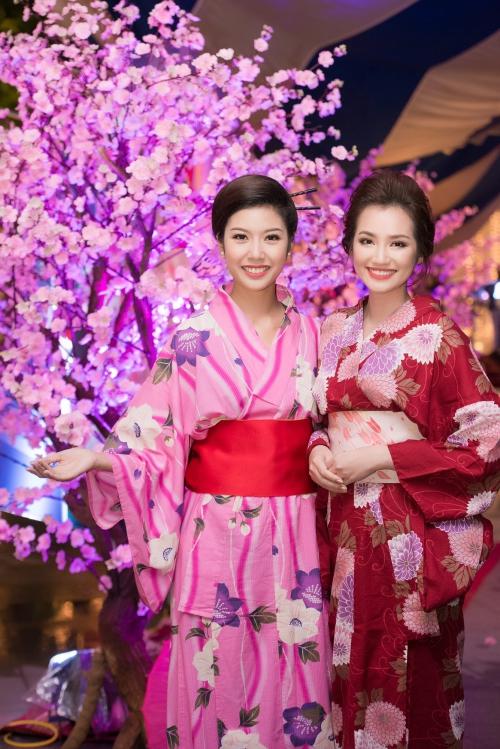 Hai người đẹp khoe sắc trong trang phục truyền thống của Nhật Bản.