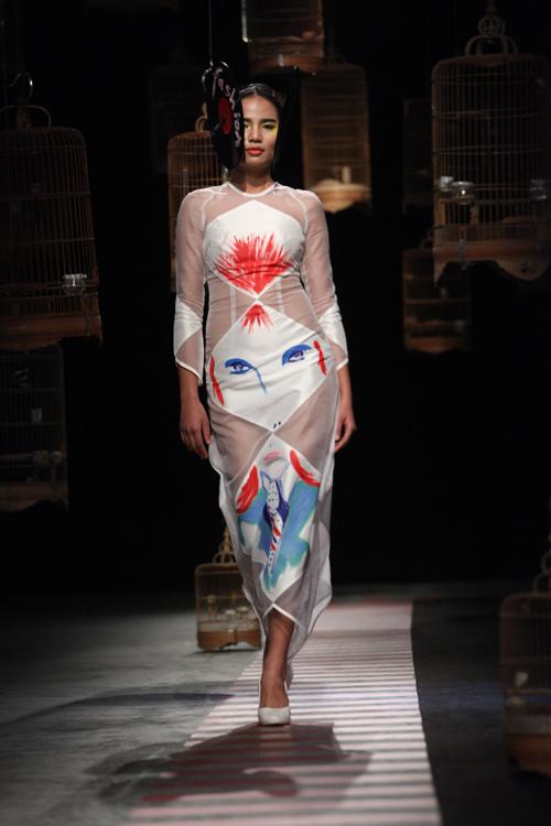 Gam màu trắng tinh khiết trên chất liệu lụa Oganza Việt Nam là một hợp âm ngẫu hứng giữa hội họa và thời trang.