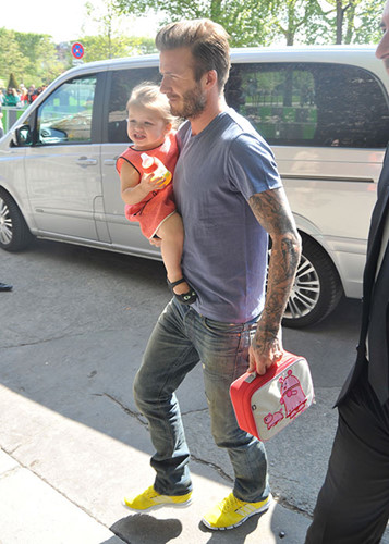 Dù bạn có là người đàn ông như thế nào nhưng khi con gái muốn bạn cầm hộ túi ăn trưa thì bạn sẽ luôn sẵn lòng làm giúp con. David Beckham đã chứng minh điều ấy.