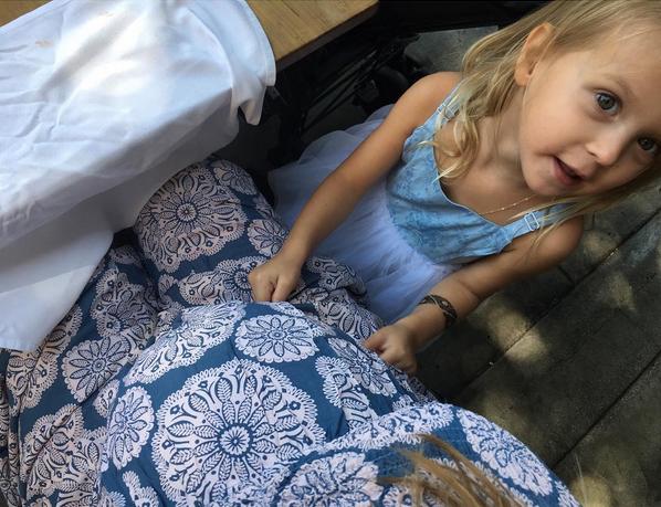 Chú thích cho bức ảnh, Behati viết: Sage đang trò chuyện với người bạn tốt của cô bé trong tương lai.