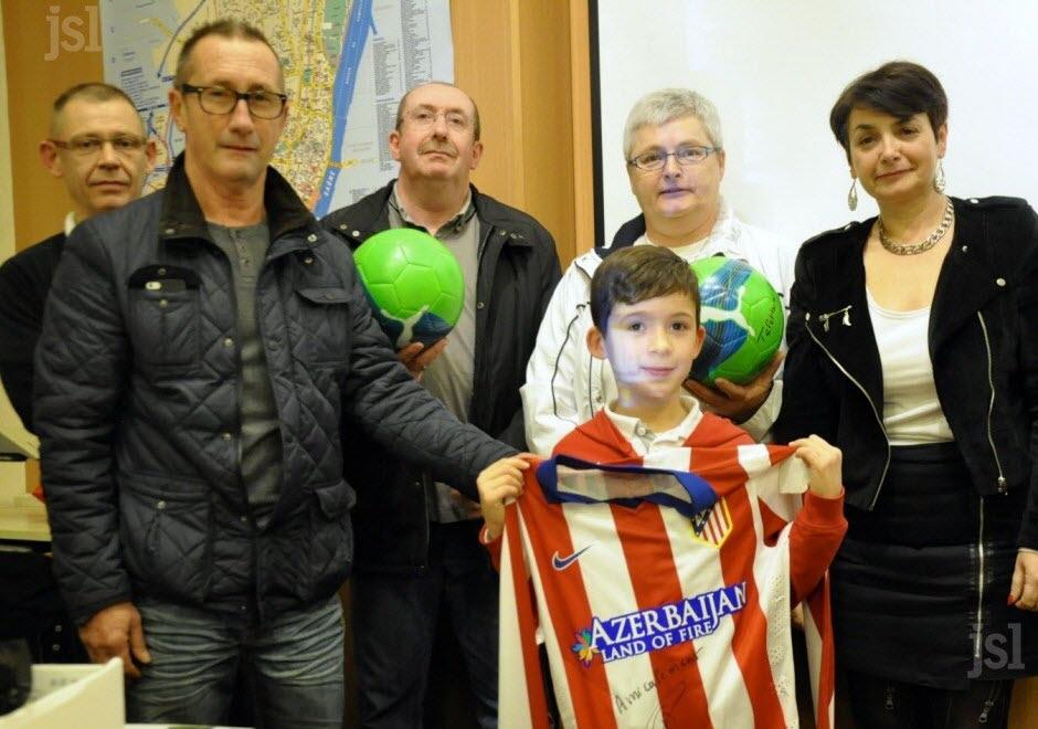 Ông Alain Griezmann (bìa phải) cha của Griezmann trong buổi trao thưởng cho 1 cđv nhí của Atletico
