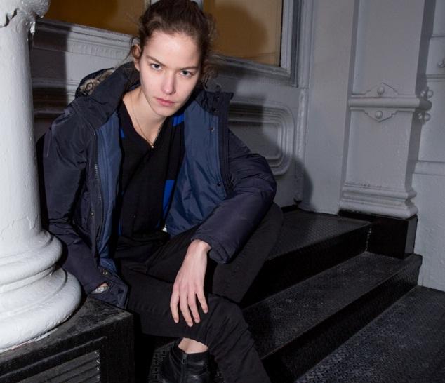 Siêu mẫu Alex H. tự tin với mặt mộc và khoe vẻ cá tính trong trang phục tối màu.