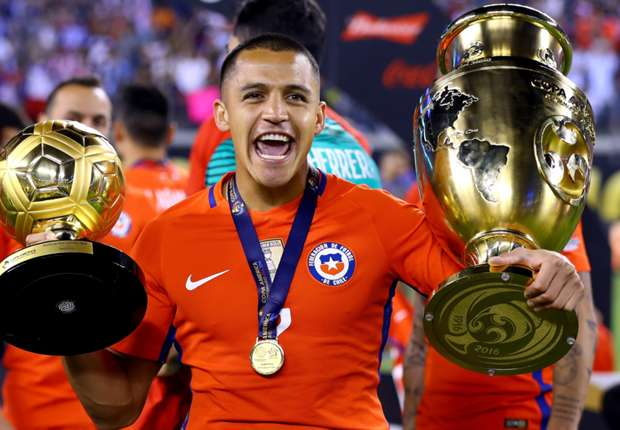 Sanchez bên danh hiệu Quả bóng Vàng Copa America và chức vô địch Copa America 2016