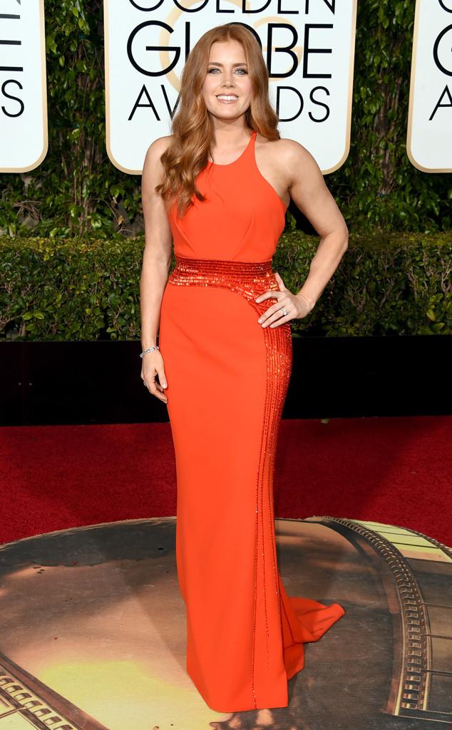 Amy Adams yêu kiều trong bộ đầm đỏ cam của Versace.