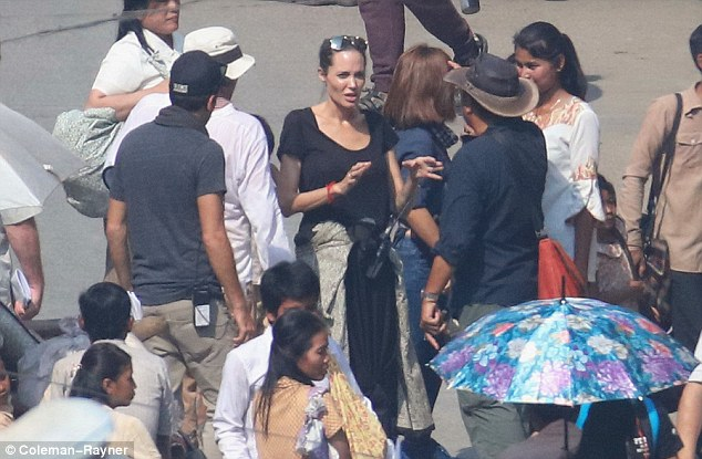Angelina Jolie trên trường quay của phim First They Killed My Father: A Daughter of Cambodia Remembers.