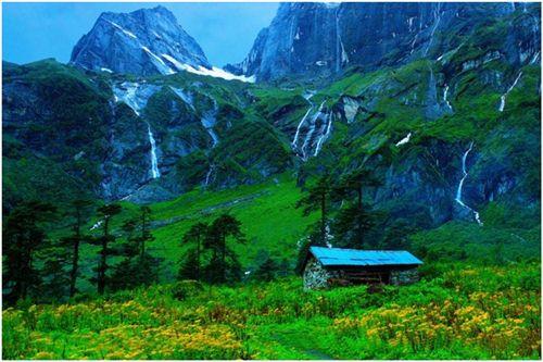 Thung lũng Barun (Nepal) là một phần của dãy núi Himalaya hùng vĩ nằm ở núi Makalu. Thung lũng nằm trọn trong công viên quốc gia Makalu Barun nên bạn có thể vừa thưởng thức vẻ đẹp của thung lũng, vừa ngắm khung cảnh trong công viên. Nơi đây nổi tiếng với những thác nước cao tuyệt đẹp cùng những hẻm núi sâu và những lùm cây rậm rạp bao quanh.