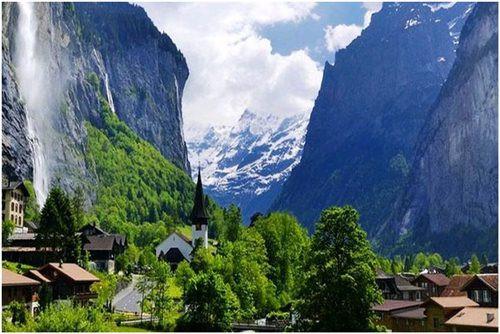 Thung lũng Lauterbrunnen, Thụy Sĩ thu hút du khách với những vách đá cao và những thác nước tuyệt đẹp. Bạn có thể dễ dàng tới Lauterbrunnen khi ở Thụy Sĩ trong một chuyến ô tô đường ngắn trong khi có thể thưởng thức cảnh đẹp bên ngoài.