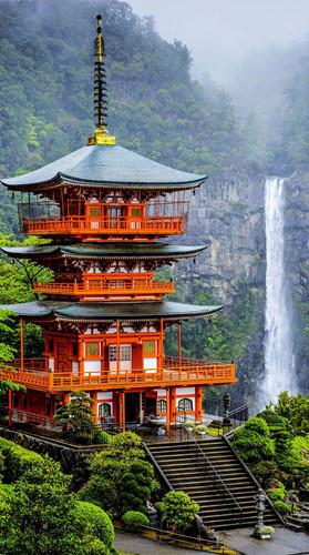Nếu bạn muốn một nơi vừa có những di tích lịch sử cổ xưa, vừa muốn thưởng thức những danh lam thắng cảnh thì đừng bỏ lỡ chùa Seigantoji. Nằm ở quận Wakayama, Higashimuro, ngôi chùa cao 3 tầng và cạnh nó là thác nước tuyệt đẹp cao 133 mét.