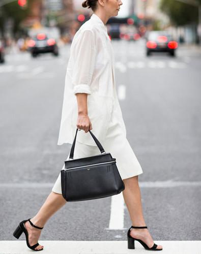 Phối hợp áo sơ mi trắng với những trang phục và phụ kiện cùng tông màu sẽ khiến dáng người bạn thanh mảnh đến bất ngờ.