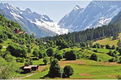 Thung lũng Lotschental, Thụy Sĩ không chỉ là thung lũng đẹp nhất mà còn là thung lũng lớn nhất Thụy Sĩ. Du khách tới đây có thể tha hồ trải nghiệm vẻ đẹp của thung lũng trải dài 27 kilomet và được bao quanh là những ngọn núi đẹp như tranh cao tới 3000 mét. Những ngọn núi ở Thụy Sĩ tuyết phủ quanh năm tạo nên một khung cảnh vô cùng độc đáo.