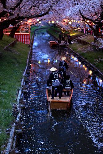 """Nếu có thời gian tới Tokyo bạn nên dành một ngày ghé thăm Kawagoe. Kawagoe nổi tiếng với những dòng sông và thường được gọi là """"Edo nhỏ"""" bởi con đường chính nơi đây vẫn giữ được không khí cổ kính của những thị trấn từ thời Edo (1603 – 1867). Lễ hội Kawagoe được tổ chức trong 3 ngày vào thứ Bảy và Chủ Nhật thứ ba của tháng 10."""