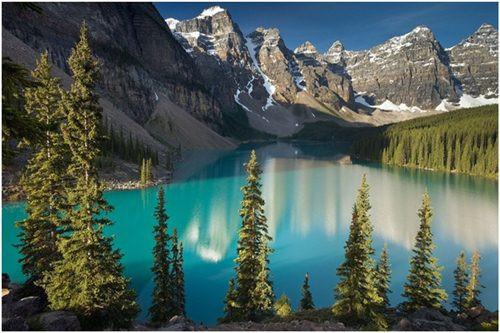 Thung lũng Ten Peaks, Canada. Nhắc tới những thung lũng đẹp nhất thế giới, thật không thể không nói tới Ten Peaks nằm trong công viên quốc gia ở Canada. Khung cảnh ở đây vô cùng ngoạn mục với 10 đỉnh núi hùng vĩ và hồ Moraine xanh trong. Những đỉnh núi ở đây được đánh số từ 1 đến 10 nhưng gần đây, 3 đỉnh núi đã được đặt theo tên của những cá nhân xuất sắc trên thế giới.