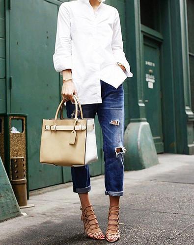 Áo sơ mi trắng diện cùng quần jean nam và những phụ kiện phong cách statement như một đôi giày cao gót và một chiếc túi trông thật cá tính chẳng hạn.