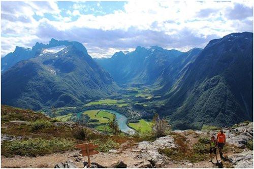Thung lũng Romsdal, Na Uy. Na Uy không chỉ đẹp bởi vẻ đẹp của Bắc cực quang huyền ảo mà còn bởi những thung lũng đẹp như tranh vẽ. Thung lũng Romsdal quyến rũ các du khách với những dòng sông trong lành vắt qua thung lũng và bao quanh xứ sở này là màu xanh của những rặng núi cao.