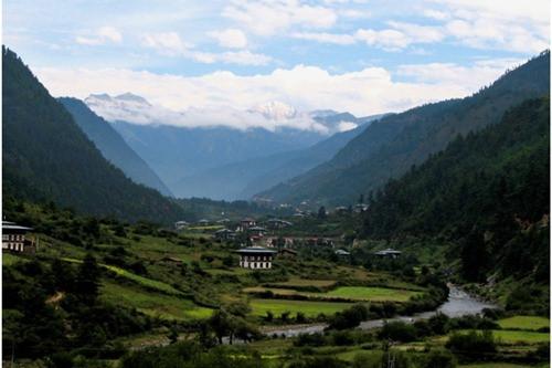 """Thung lũng Haa, Bhutan. Từ """"Haa"""" trong tiếng Bhutan có nghĩa là """"ẩn giấu"""" và thung lũng này quả thực là vẻ đẹp bị ẩn giấu của Bhutan – một nơi không được nhắc nhiều tới nhưng lại là một trong những vùng đất có vẻ đẹp mê hoặc nhất thế giới. Mùa xuân này một chuyến ghé thăm thung lũng Haa thật không hề uổng phí!"""