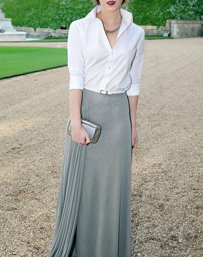 Áo sơ mi sơ vin trong chân váy dài phối đồ với một chiếc ví cầm tay tạo nên sự thanh lịch cho chị em.