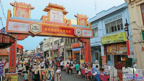 Phía Tây thành phố là khu phố người Hoa sầm uất và đầy màu sắc. Ảnh: expedia.